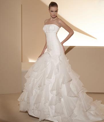 L acquisto dell abito da sposa comporta una prima grande scelta  comprarlo  in un atelier oppure farlo allestire per avere un abito sartoriale esclusivo   052bb6d0641